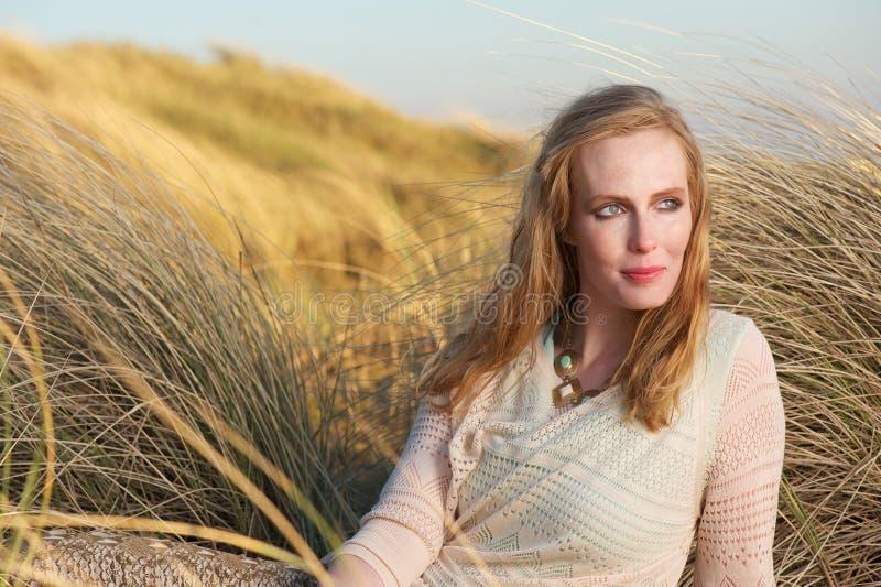 Portret piękna kobieta siedzi outdoors fotografia royalty free