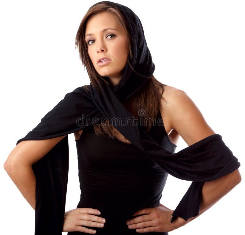 Portret piękna kobieta w czerń odizolowywającym obraz royalty free