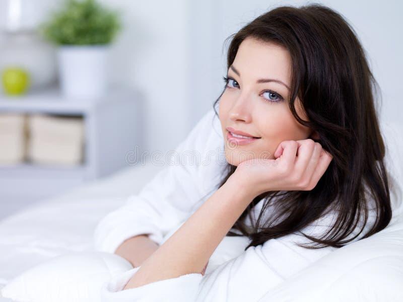 Portret piękna kobieta w domu
