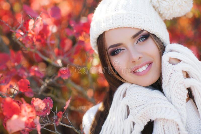 Portret piękna kobieta w jesień parku fotografia royalty free
