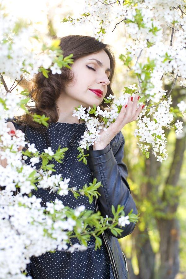 Portret piękna kobieta w kwiatonośnej wiśni ogródzie zdjęcie royalty free