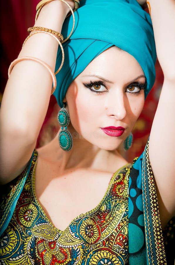 Portret piękna kobieta w orientalnej sukni Gracja i piękno zdjęcie royalty free