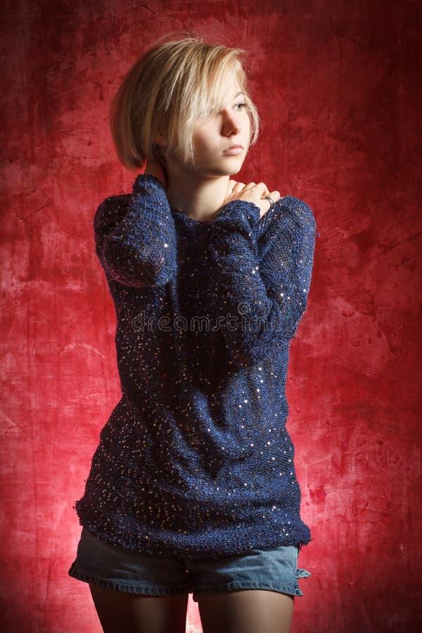 Portret piękna kobieta w sukni na grunge ścianie obrazy stock