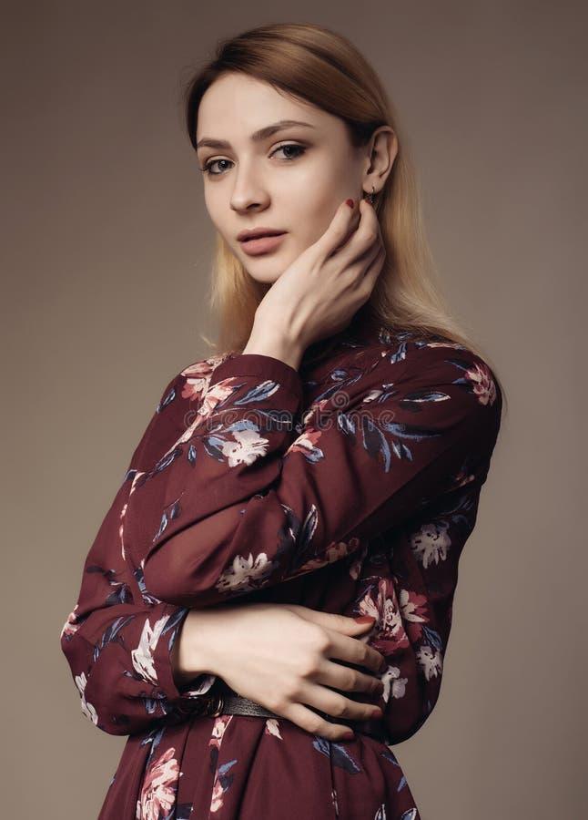 Portret piękna kobieta w sukni z kwiecistym wzorem zdjęcie stock