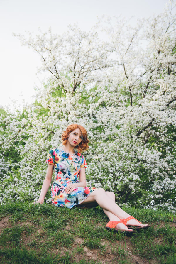 Portret piękna kobieta w wiosny kwitnienia ogródzie obrazy stock