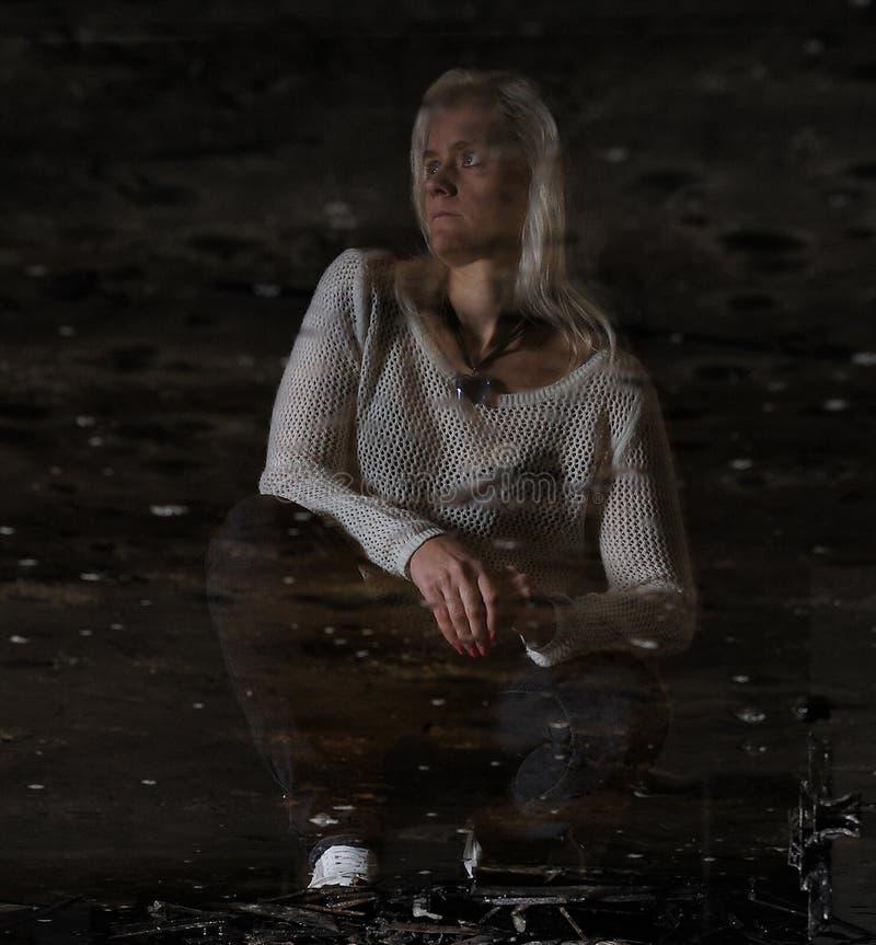 Portret piękna kobieta w zaniechanej fabryce w odbiciu obrazy royalty free