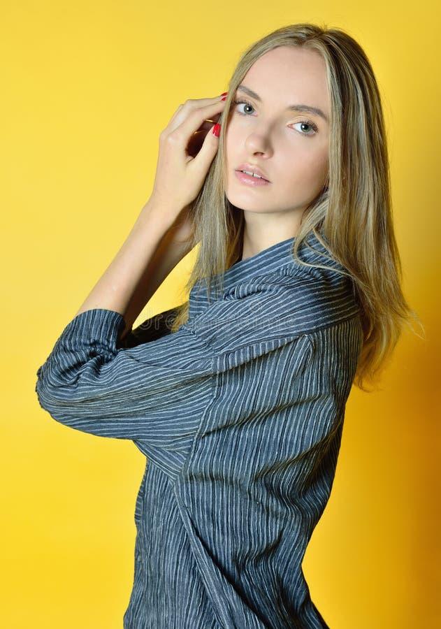 Portret piękna kobieta z żółtym tłem fotografia royalty free