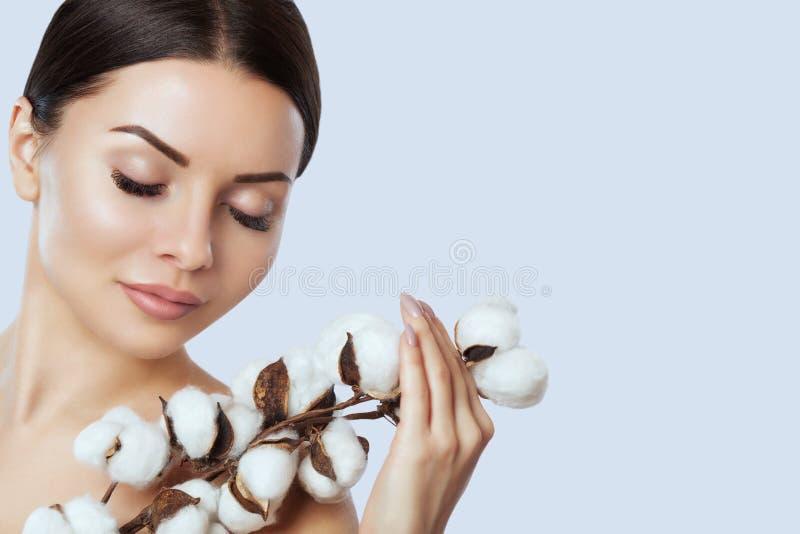 Portret piękna kobieta z bawełnianym kwiatem na białym tle obraz stock
