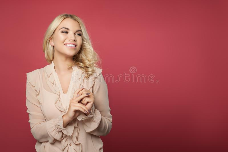 Portret piękna kobieta z blondynka włosy Doskonalić blondynki dziewczyna na kolorowym jaskrawym różowym tle zdjęcia royalty free