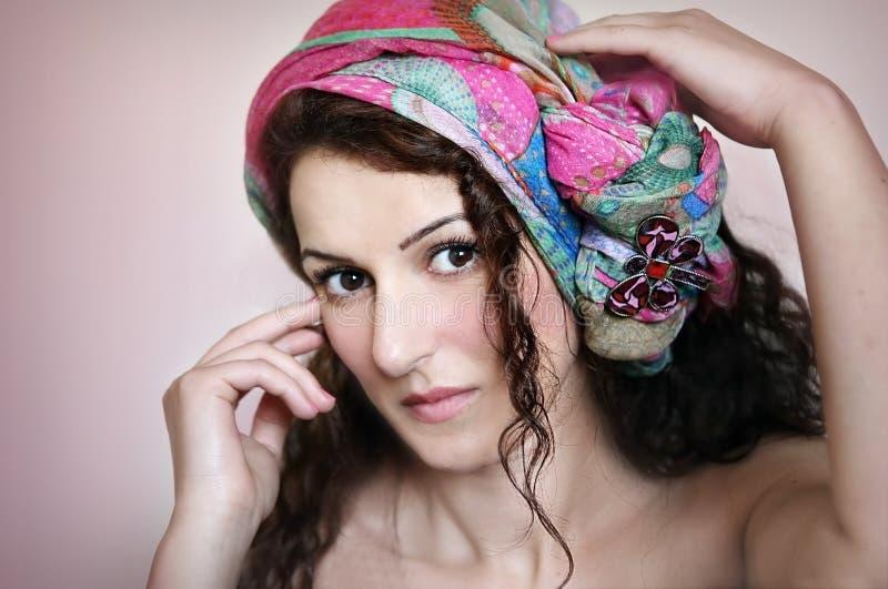 Portret piękna kobieta z chustka na głowę obrazy stock