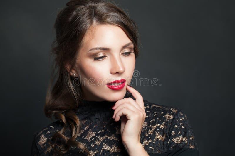 Portret piękna kobieta z czerwonym wargi makeup włosy na ciemnym tle obrazy royalty free