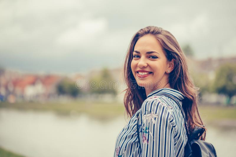 Portret piękna kobieta z doskonalić uśmiechem outdoors zdjęcie stock