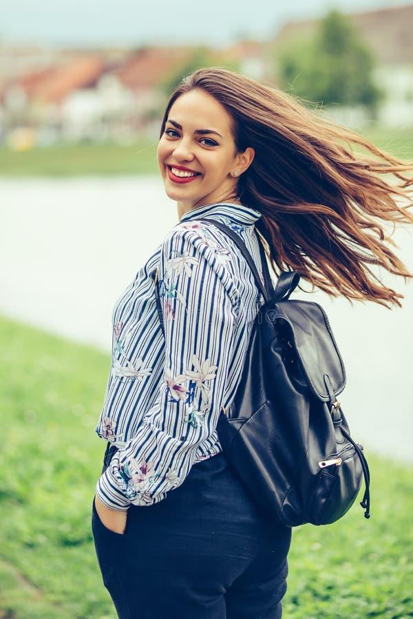 Portret piękna kobieta z doskonalić włosy w ruchu i uśmiechem outdoors fotografia stock