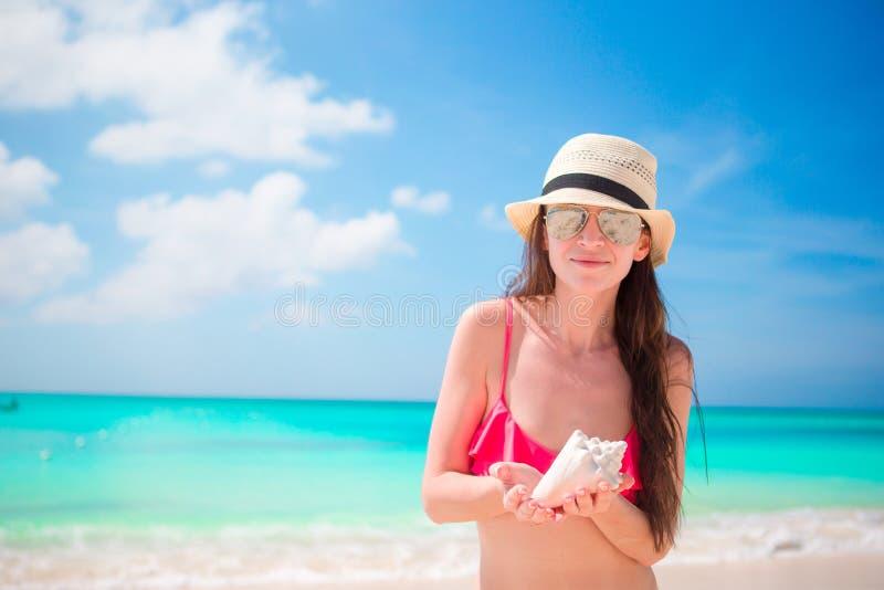 Portret piękna kobieta z dużym seashell fotografia stock