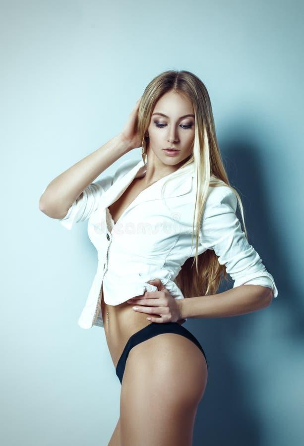 Portret piękna kobieta z jaskrawymi mody makeup blondynki brzęczeniami obrazy royalty free