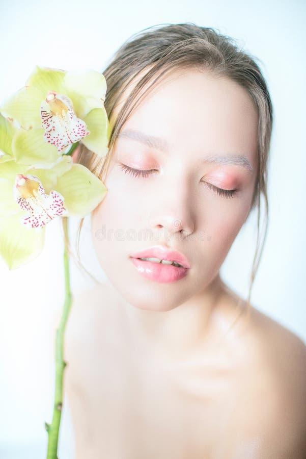 Portret piękna kobieta z kwiat orchideą w jej włosy zdjęcie royalty free
