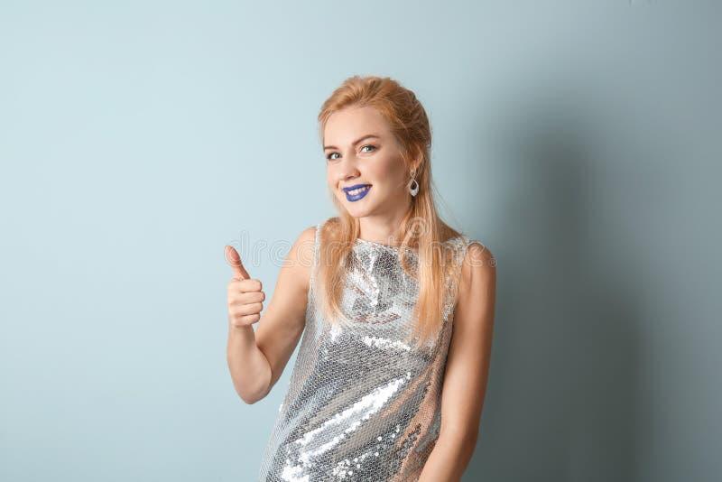 Portret piękna kobieta z niezwykłą pomadką pokazuje w górę gesta na koloru tle obraz royalty free