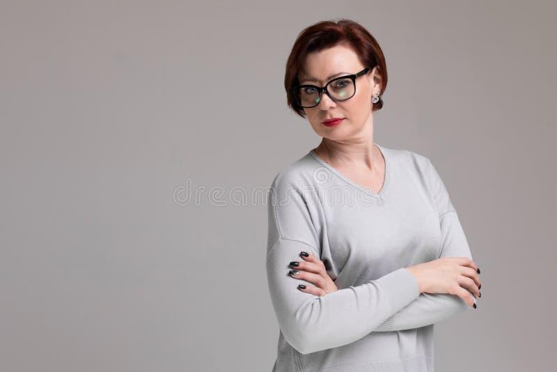 Portret piękna kobieta z szkłami odizolowywającymi na lekkim tle zdjęcie royalty free