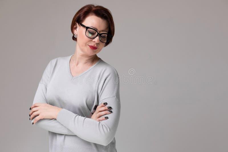 Portret piękna kobieta z szkłami odizolowywającymi na lekkim tle obrazy royalty free