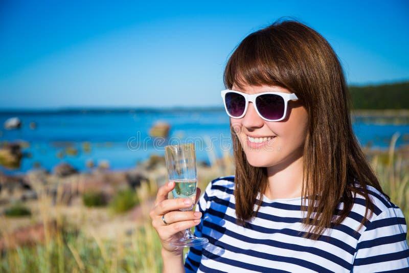 Portret piękna kobieta z szkłem szampan na plaży fotografia royalty free