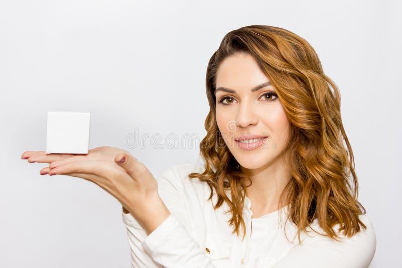 Portret piękna kobieta, zamyka w górę studia na białym tle Skóry opieki pojęcie obraz stock