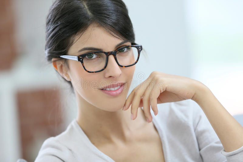 Portret piękna mądrze młoda kobieta z eyeglasses dalej zdjęcia royalty free
