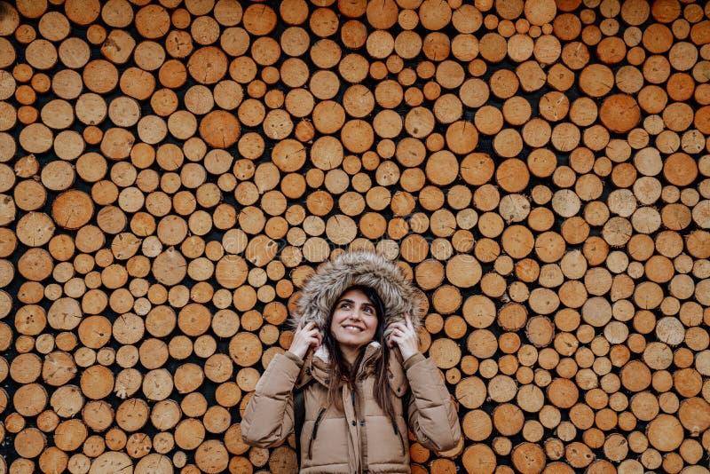 Portret piękna młoda żeńska pozycja przeciw drewnianemu tłu obraz royalty free