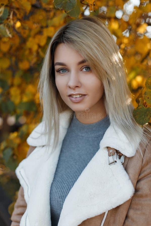Portret piękna, młoda atrakcyjna dziewczyny blondynka z i zdjęcie stock