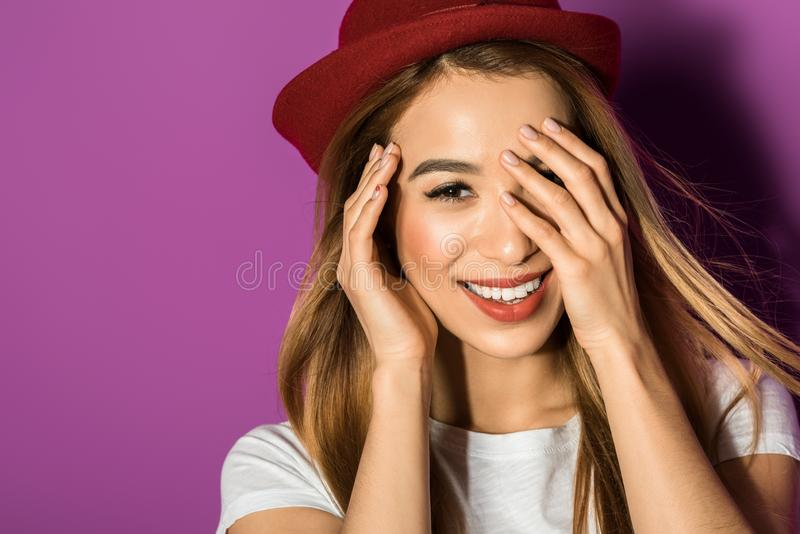 portret piękna młoda azjatykcia kobieta w kapeluszowy ono uśmiecha się przy kamerą zdjęcia royalty free