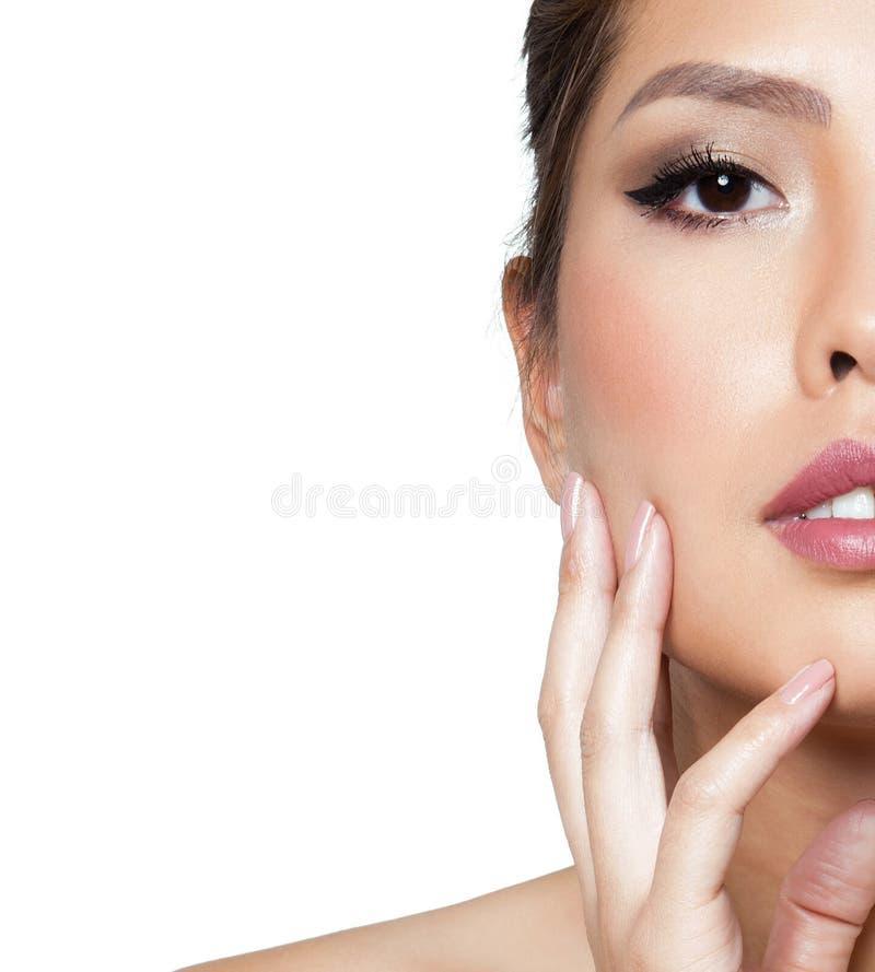 Portret piękna młoda azjatykcia kobieta z jasną skórą odizolowywającą obraz stock