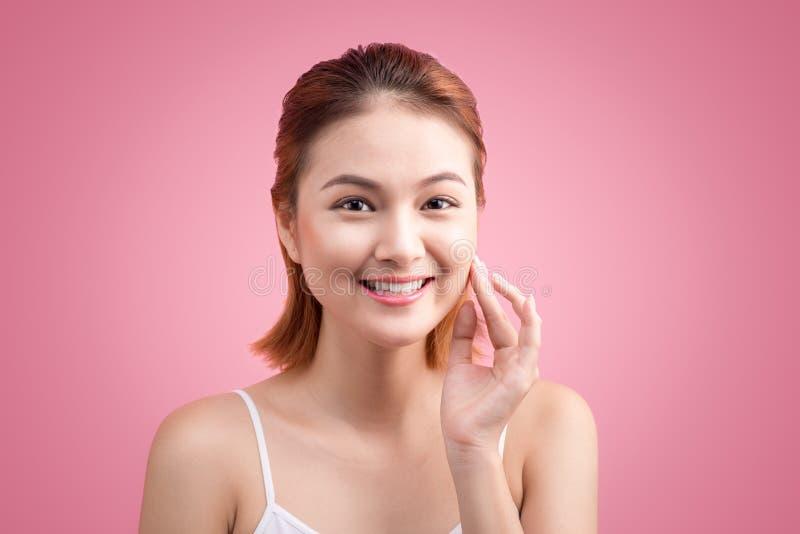 Portret piękna młoda azjatykcia kobieta z perfect skórą na szpilce fotografia royalty free