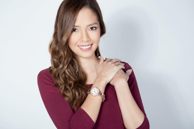 Portret piękna młoda azjatykcia womanbeautiful młoda azjatykcia kobieta jest ubranym nadgarstku wat fotografia royalty free