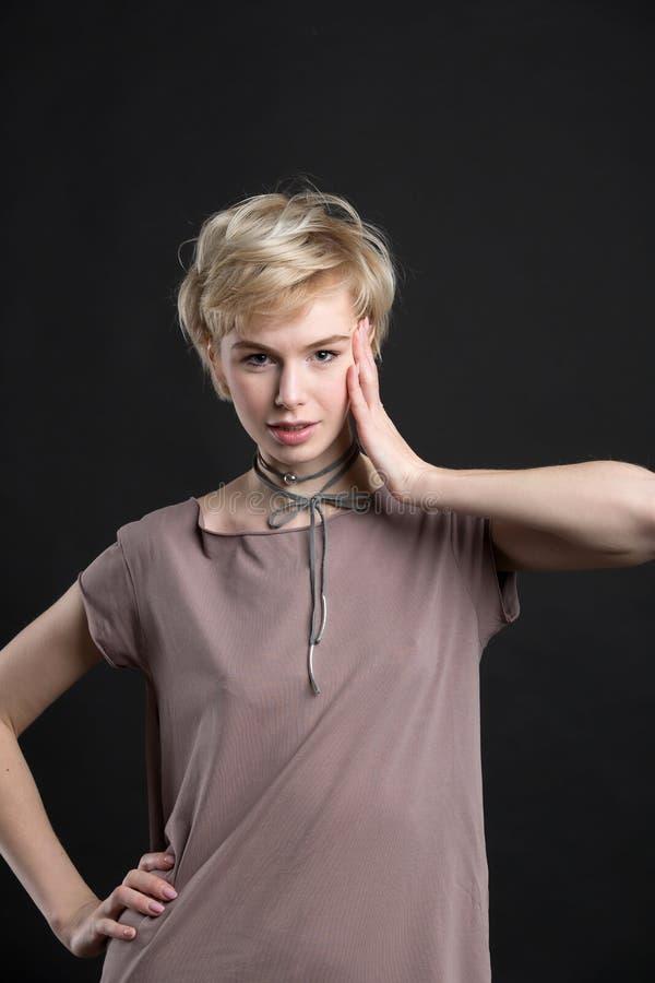 Portret piękna młoda blond kobieta jest ubranym mody oświadczenia kolię obrazy royalty free