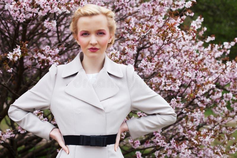 Portret piękna młoda blond kobieta na tle różowi czereśniowi okwitnięcia w wiośnie zdjęcie royalty free
