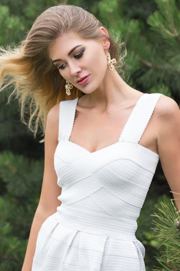 Portret piękna młoda blond kobieta outdoors fotografia stock