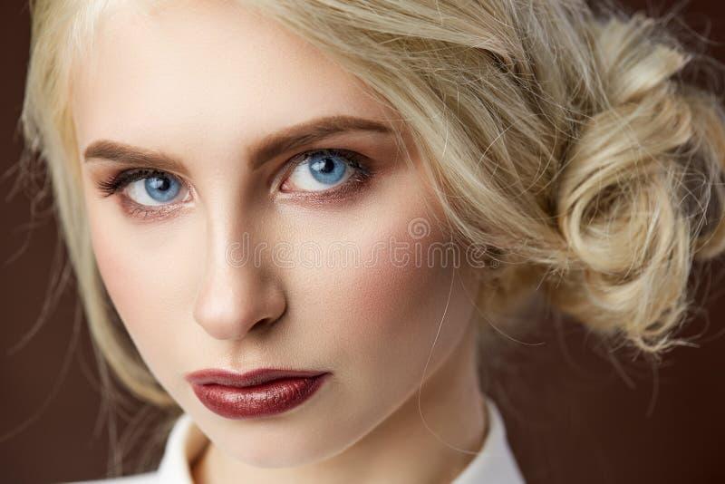 Portret piękna młoda blondynki dziewczyny mody fotografia zdjęcia stock