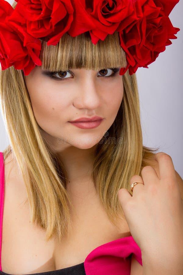 Portret piękna młoda blondynki kobieta zdjęcia royalty free