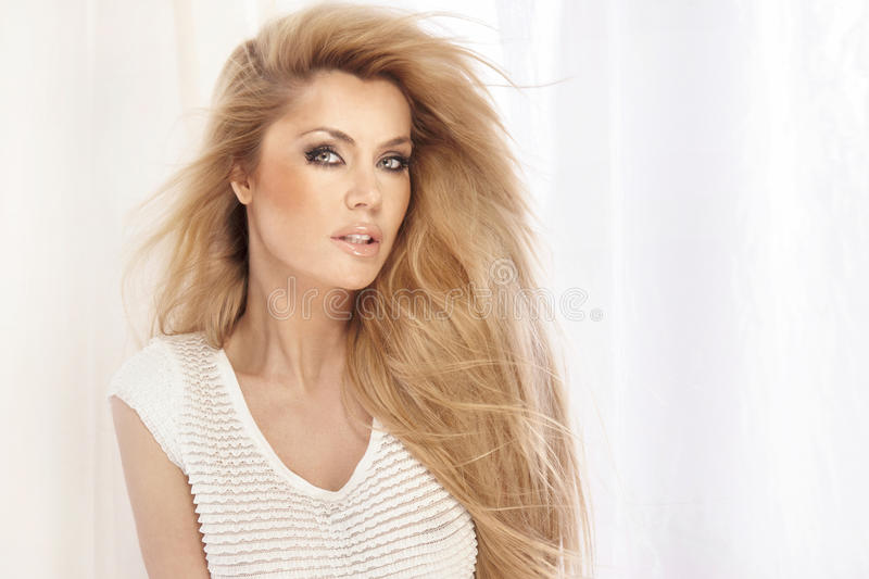 Portret piękna blondynki dziewczyna z długie włosy fotografia stock