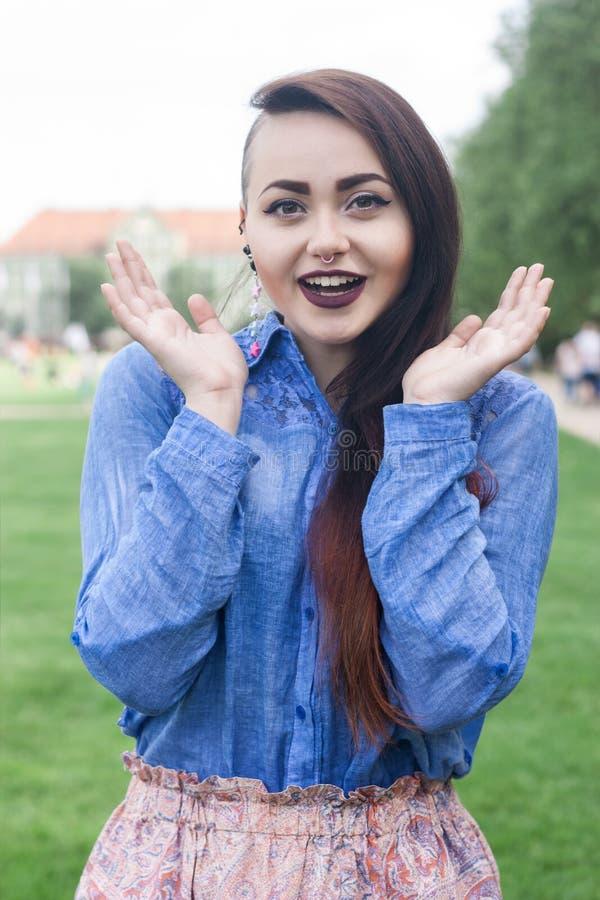 Portret piękna młoda brunetka w parku obrazy stock