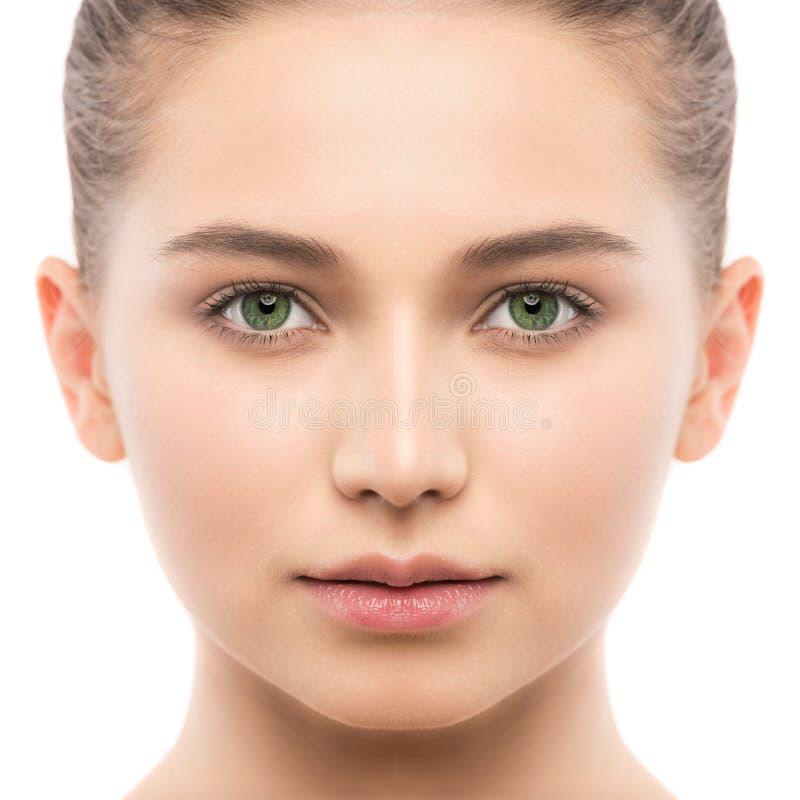 Portret piękna młoda brunetki kobieta z czystą twarzą odosobniony miotła biel obraz stock