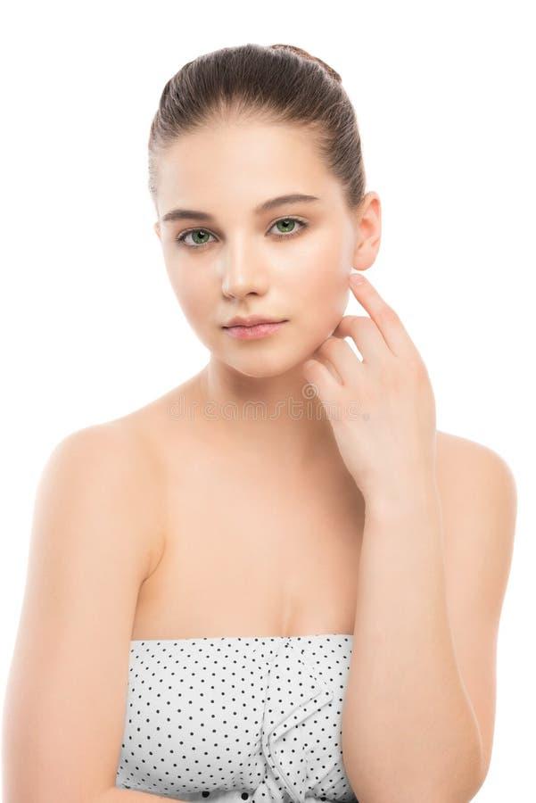 Portret piękna młoda brunetki kobieta z czystą twarzą odosobniony miotła biel fotografia royalty free