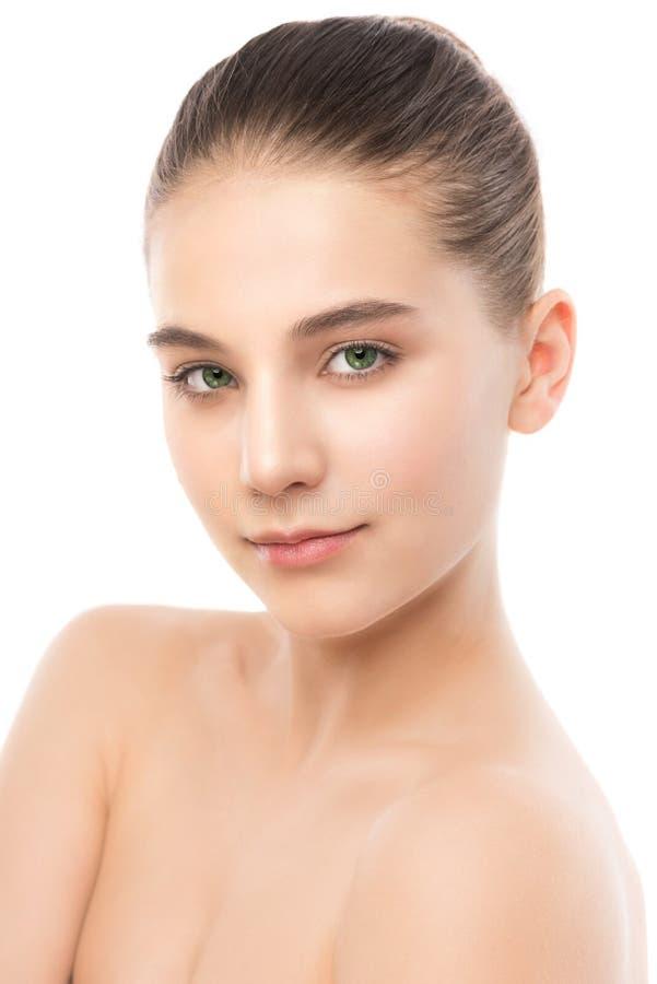 Portret piękna młoda brunetki kobieta z czystą twarzą odosobniony miotła biel obraz royalty free