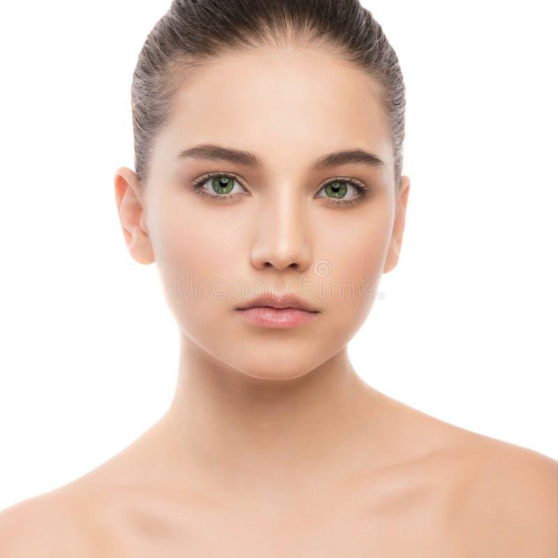 Portret piękna młoda brunetki kobieta z czystą twarzą odosobniony miotła biel fotografia stock