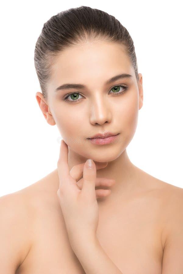 Portret piękna młoda brunetki kobieta z czystą twarzą odosobniony miotła biel obrazy royalty free