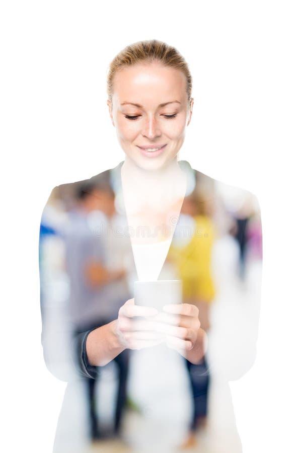 Portret piękna młoda caucasian kobieta używa telefon komórkowego zdjęcie stock