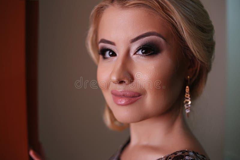 Portret piękna młoda caucasian kobiety pozycja blisko ściany, wykonujący z pomocą lcd światła fotografia stock