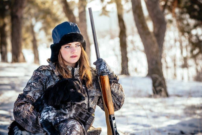 Portret piękna młoda dziewczyna podczas gdy tropiący w zimy szpilce zdjęcie royalty free