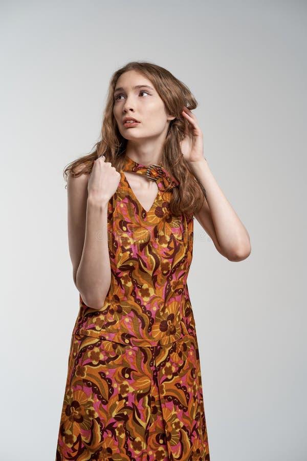 Portret piękna młoda dziewczyna tajemniczo patrzeje daleko od zdjęcie royalty free