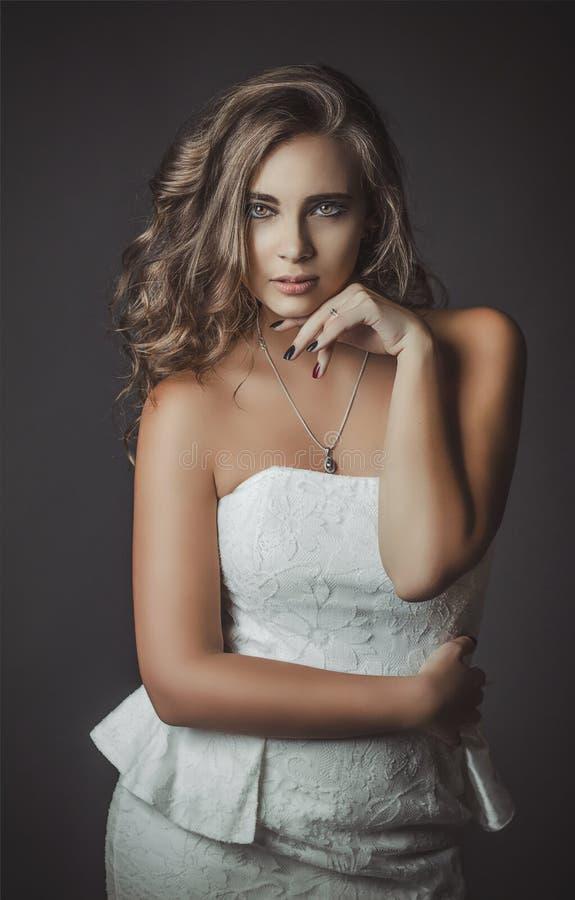 Portret piękna młoda dziewczyna w białej sukni obrazy stock