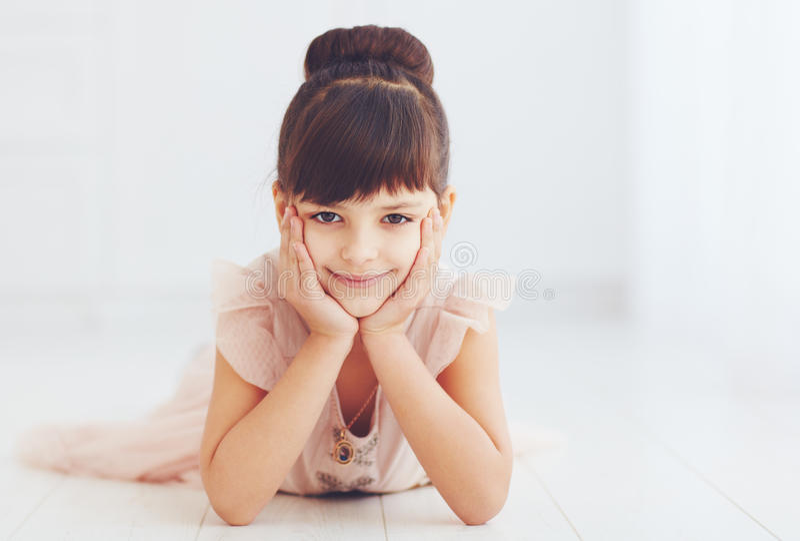 Portret piękna młoda dziewczyna w princess sukni zdjęcia royalty free